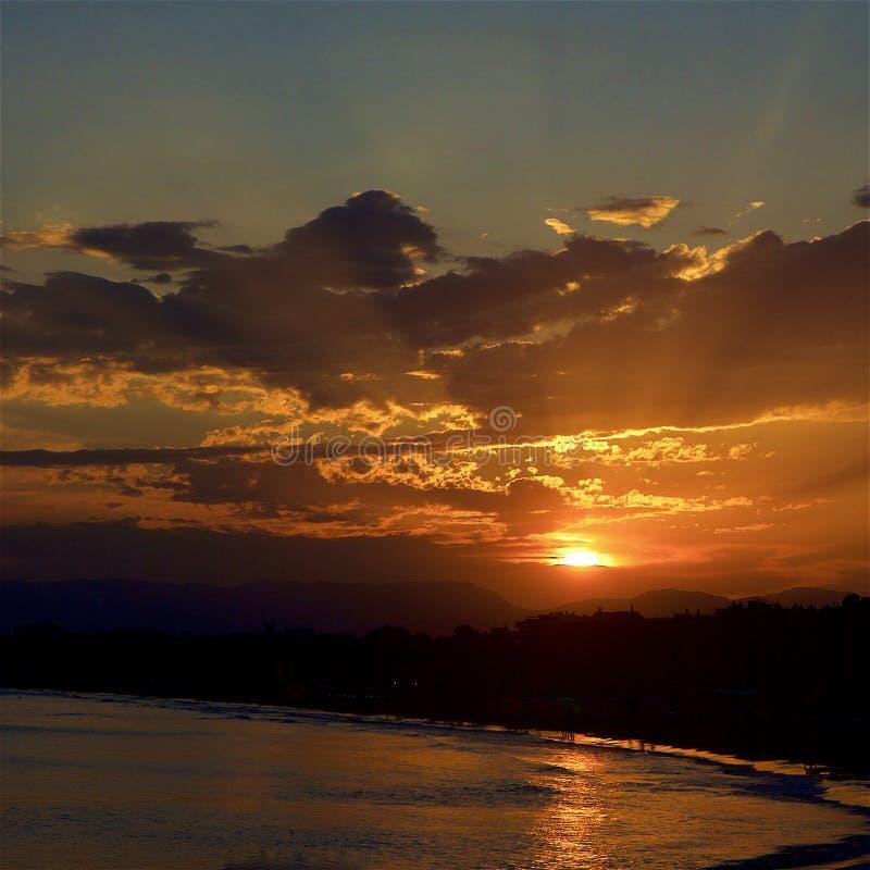 Puesta del sol hermosa en el centro turístico de Salou, España imagen de archivo