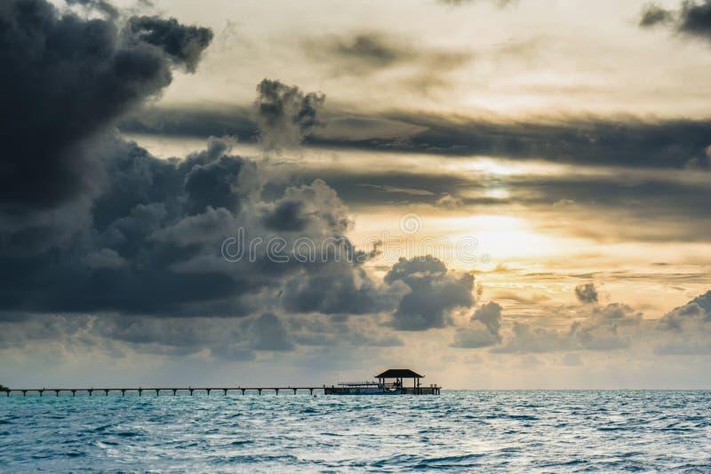 Puesta del sol hermosa en el centro turístico isleño tropical en Maldivas imagen de archivo libre de regalías