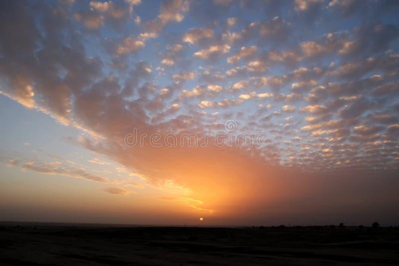 Puesta del sol hermosa en el desierto imagen de archivo libre de regalías