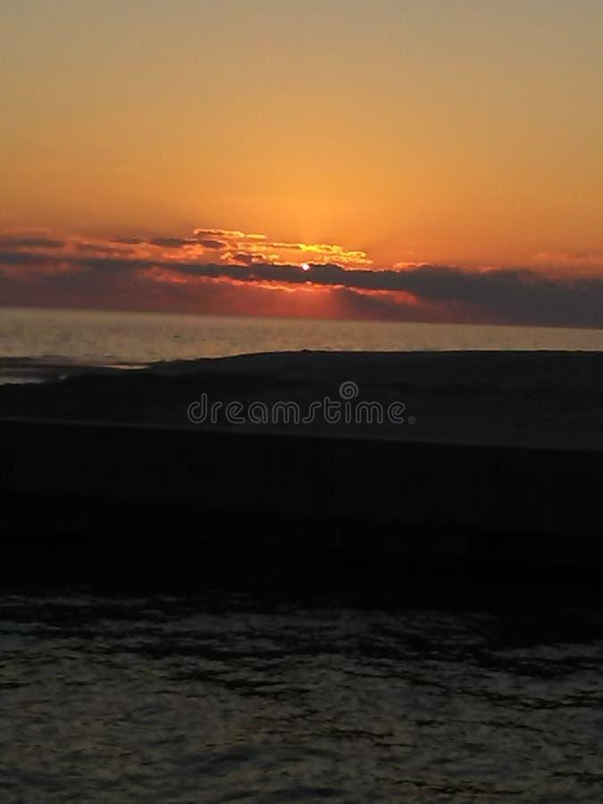 Puesta del sol hermosa en el final de un día IMPRESIONANTE fotografía de archivo