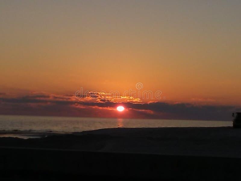 Puesta del sol hermosa en el final de un día IMPRESIONANTE imagen de archivo