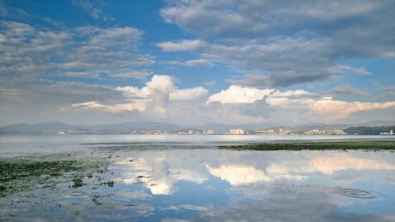 puesta del sol hermosa en el lago Erhai imagen de archivo libre de regalías