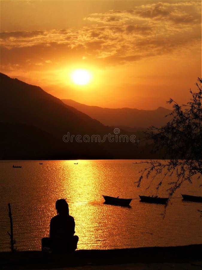 Puesta del sol hermosa en el lago Phewa en Nepal foto de archivo