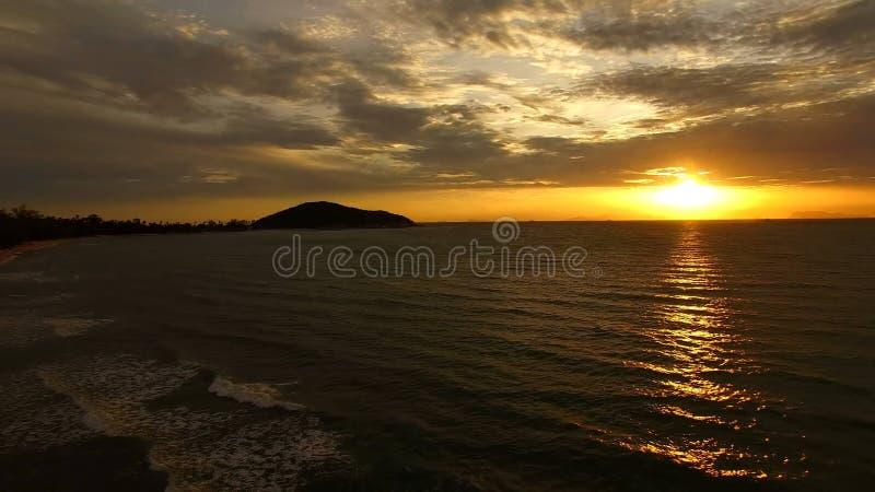 Puesta del sol hermosa en el mar foto de archivo libre de regalías