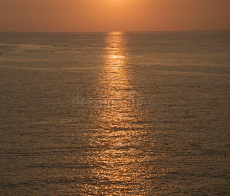 Puesta del sol hermosa en el mar Mediterr?neo Beirut - rocas de la paloma imagenes de archivo