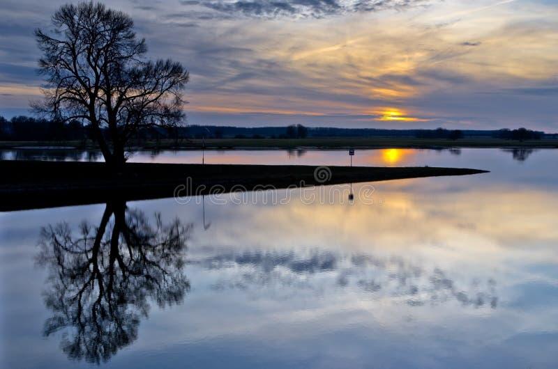 Puesta del sol hermosa en el río Elba fotografía de archivo