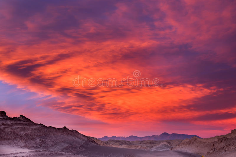 Puesta del sol hermosa en el valle de la luna, desierto de Atacama, Chile fotografía de archivo