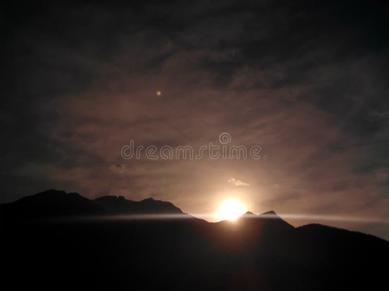 Puesta del sol hermosa en invierno imagen de archivo libre de regalías