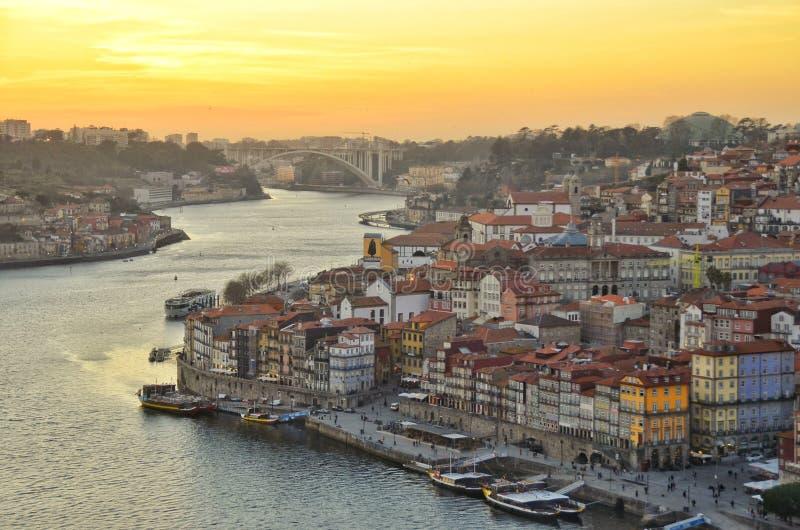Puesta del sol hermosa en la ciudad de Oporto fotografía de archivo libre de regalías