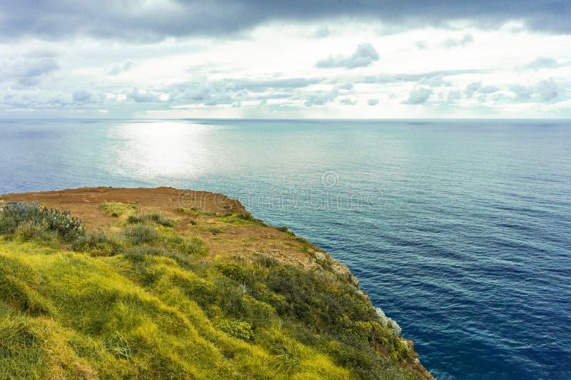 Puesta del sol hermosa en la costa atlántica en la isla de Madeira, Portugal imagen de archivo libre de regalías