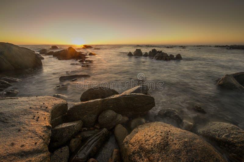 Puesta del sol hermosa en la costa oeste surafricana imagenes de archivo