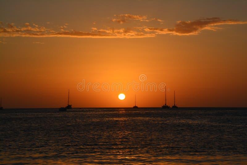 Puesta del sol hermosa en la isla del calafate de Caye en Belice fotografía de archivo