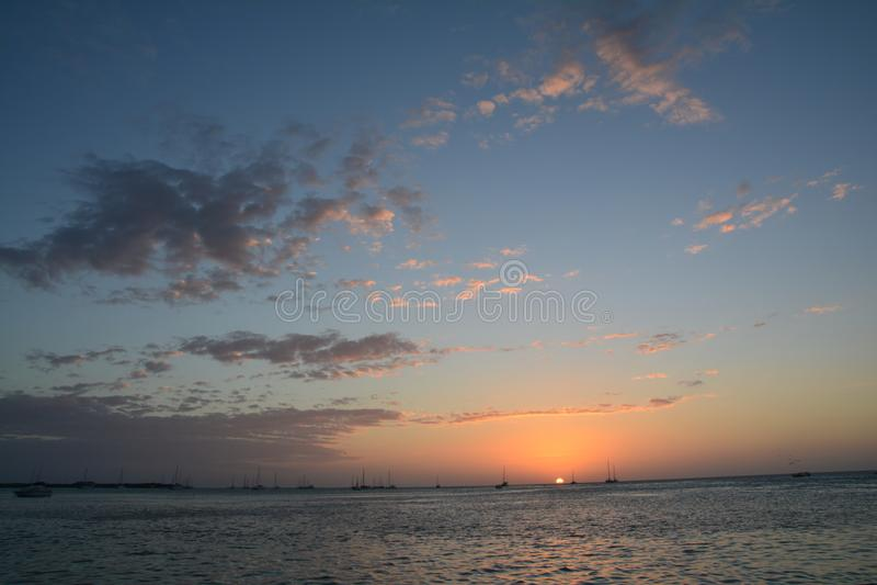 Puesta del sol hermosa en la isla del calafate de Caye en Belice imagenes de archivo