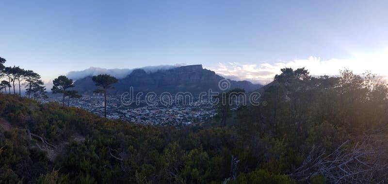 Puesta del sol hermosa en la montaña de la tabla con el mantel de la nube imagen de archivo