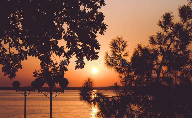 Puesta del sol hermosa en la orilla del mar El Mar Negro, Gelendzhik, Rusia fotografía de archivo