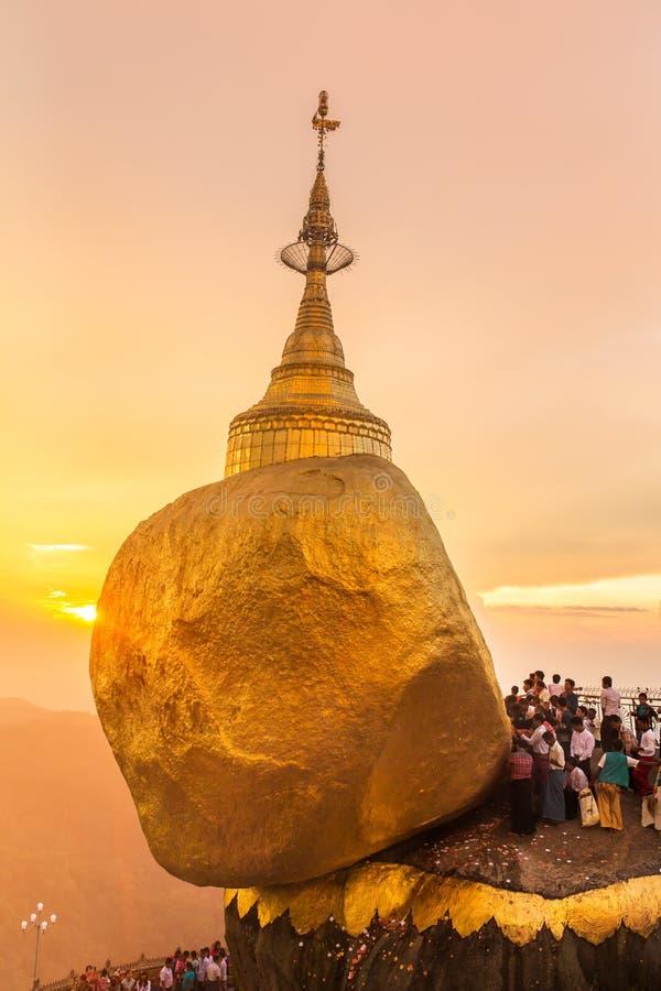 Puesta del sol hermosa en la pagoda de Kyaiktiyo, roca de oro en Myanmar fotos de archivo