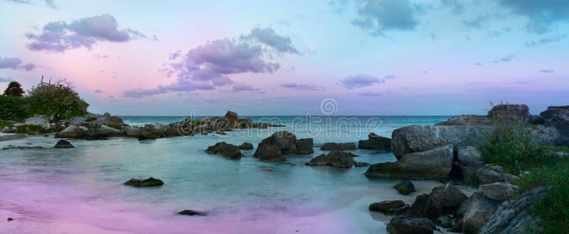 Puesta del sol hermosa en la playa foto de archivo libre de regalías