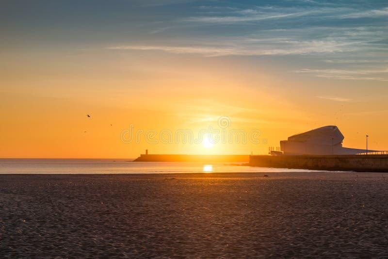 Puesta del sol hermosa en la playa de Matosinhos en Oporto, Portugal Beautif fotos de archivo