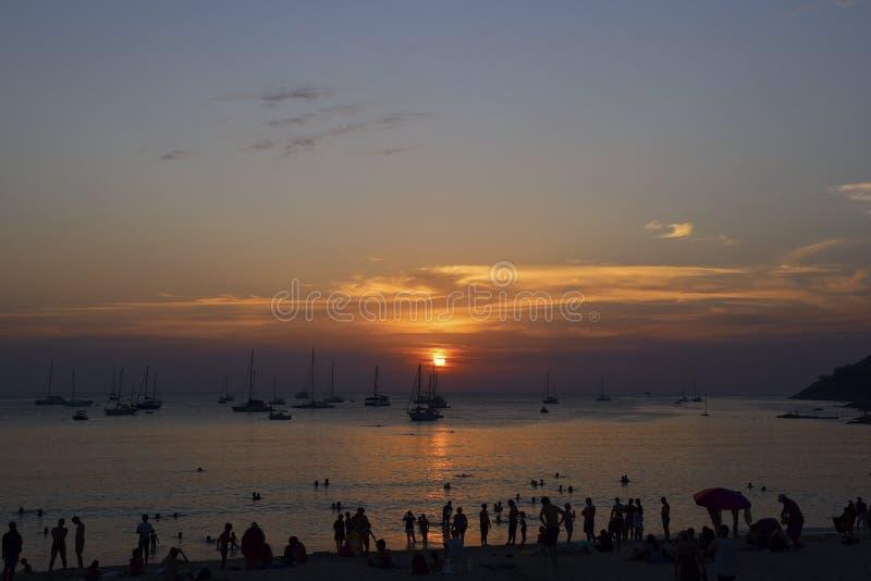 Puesta del sol hermosa en la playa de Nai Harn, Phuket imagen de archivo