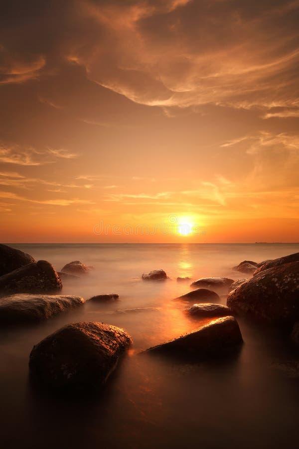 Puesta del sol hermosa en la playa de Tailandia fotos de archivo