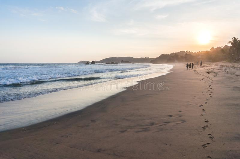 Puesta del sol hermosa en la playa en Mazunte, México foto de archivo