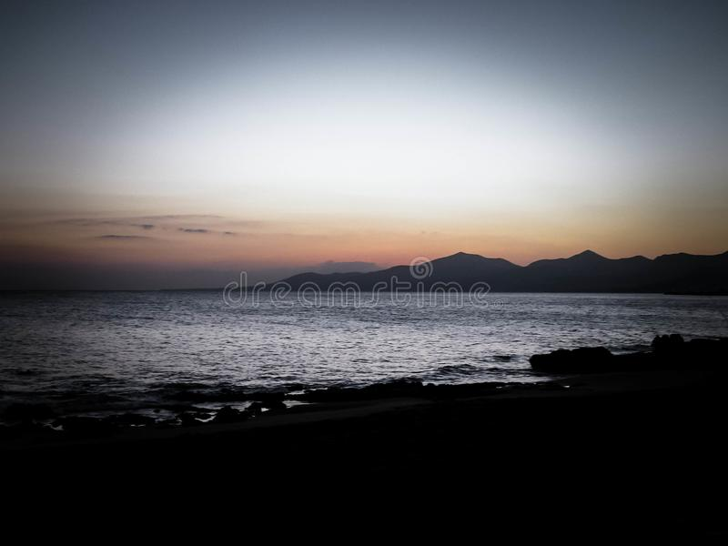 Puesta del sol hermosa en la playa en Puerto del Carmen, Lanzarote, islas Canarias fotos de archivo libres de regalías