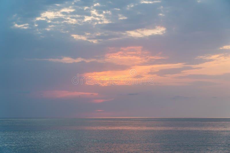 Puesta del sol hermosa en la playa y el mar fotos de archivo libres de regalías
