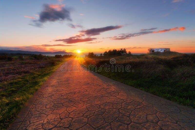 Puesta del sol hermosa en la trayectoria fotos de archivo