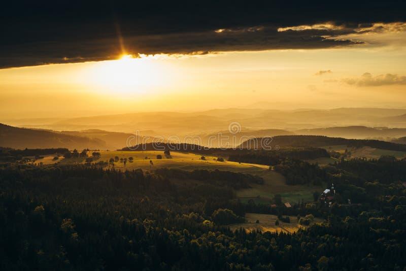 Puesta del sol hermosa en las montañas foto de archivo
