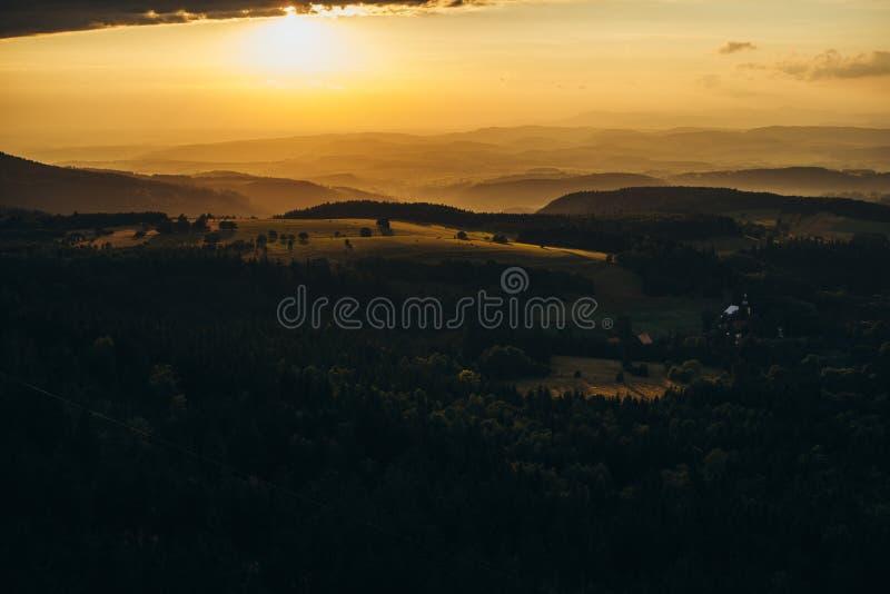 Puesta del sol hermosa en las montañas imagen de archivo