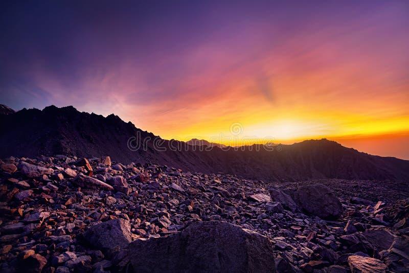 Puesta del sol hermosa en las montañas imágenes de archivo libres de regalías