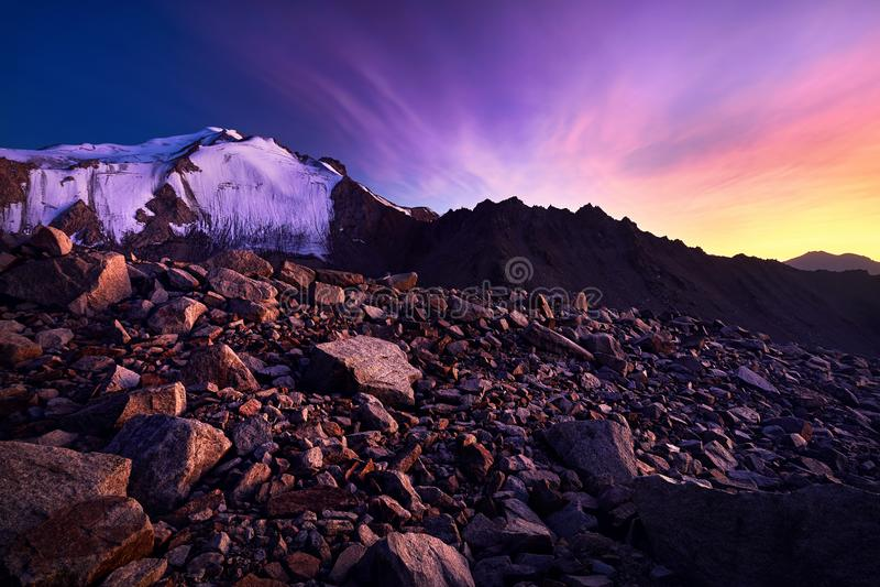 Puesta del sol hermosa en las montañas fotos de archivo libres de regalías