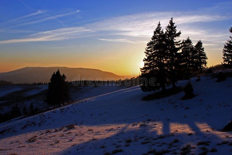 Puesta del sol hermosa en las montañas de Ciucas, Rumania, durante el invierno imagenes de archivo