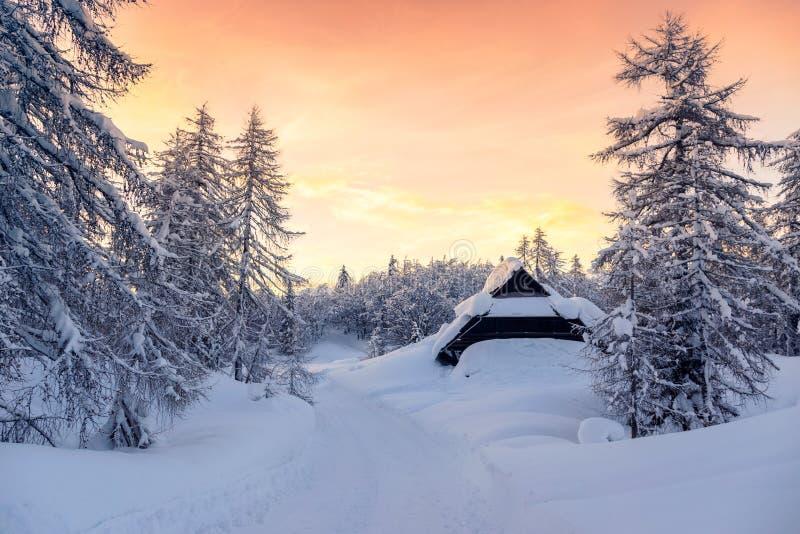Puesta del sol hermosa en las montañas de Eslovenia foto de archivo libre de regalías