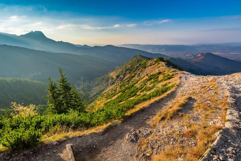 Puesta del sol hermosa en las montañas de Tatra en Polonia fotos de archivo libres de regalías
