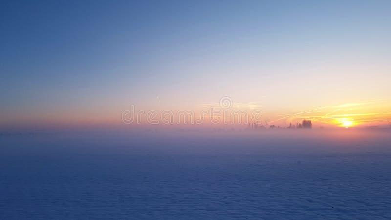 Puesta del sol hermosa en luz azul foto de archivo libre de regalías