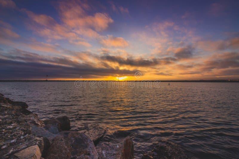 Puesta del sol hermosa en Marina del Rey imagen de archivo