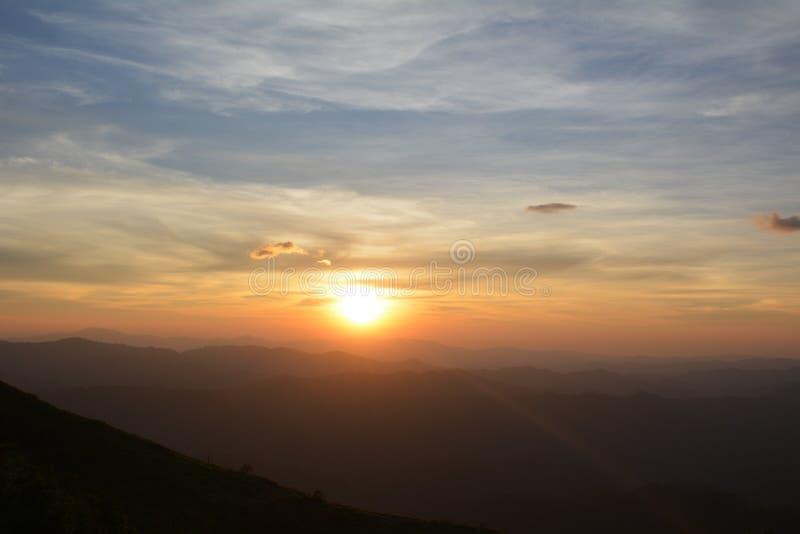 Puesta del sol hermosa en monta?as. Verano por la tarde imagen de archivo libre de regalías
