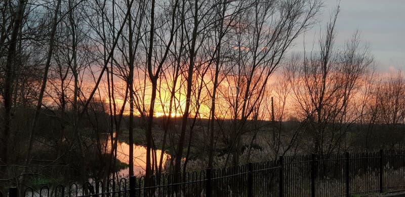 Puesta del sol hermosa en Olney Milton Keynes sobre el r?o Ouse con el cielo rojo y rosado anaranjado fotografía de archivo
