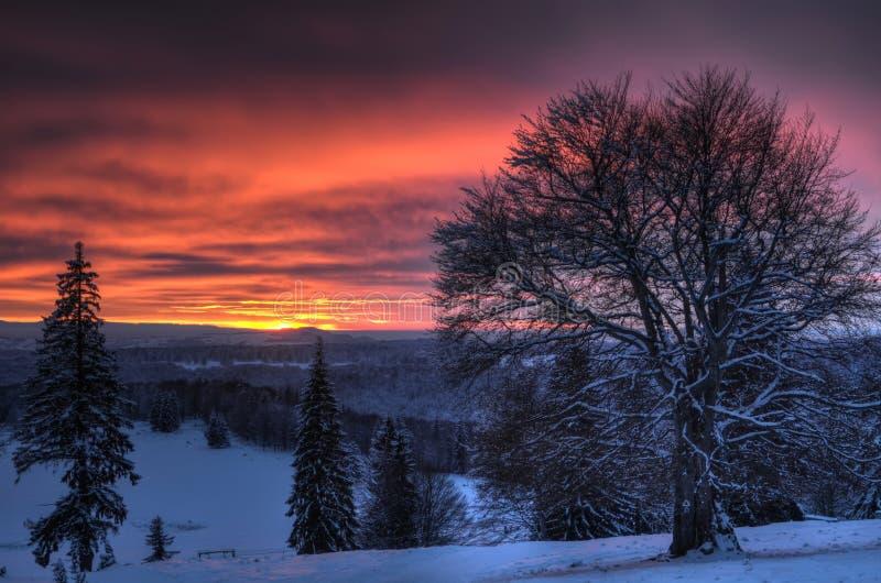 Puesta del sol hermosa en paisaje de la montaña del invierno fotografía de archivo libre de regalías