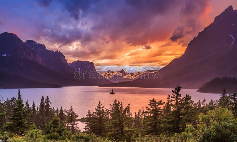 Puesta del sol hermosa en St. Mary Lake en Parque Nacional Glacier foto de archivo