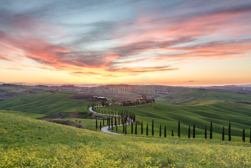 Puesta del sol hermosa en Toscana imagen de archivo libre de regalías