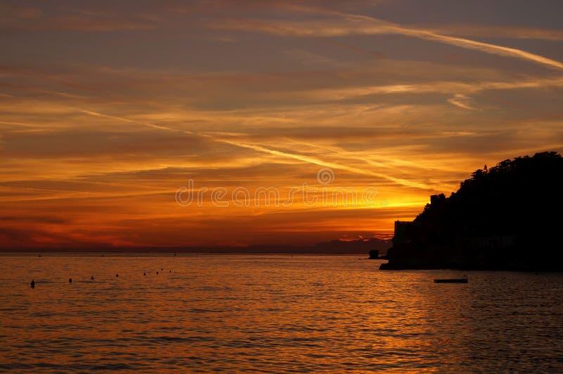 Puesta del sol hermosa en Trieste, Italia imagen de archivo