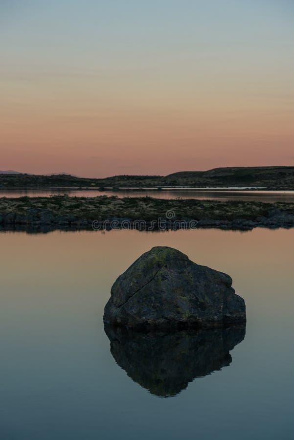 Puesta del sol hermosa en un lago fotografía de archivo