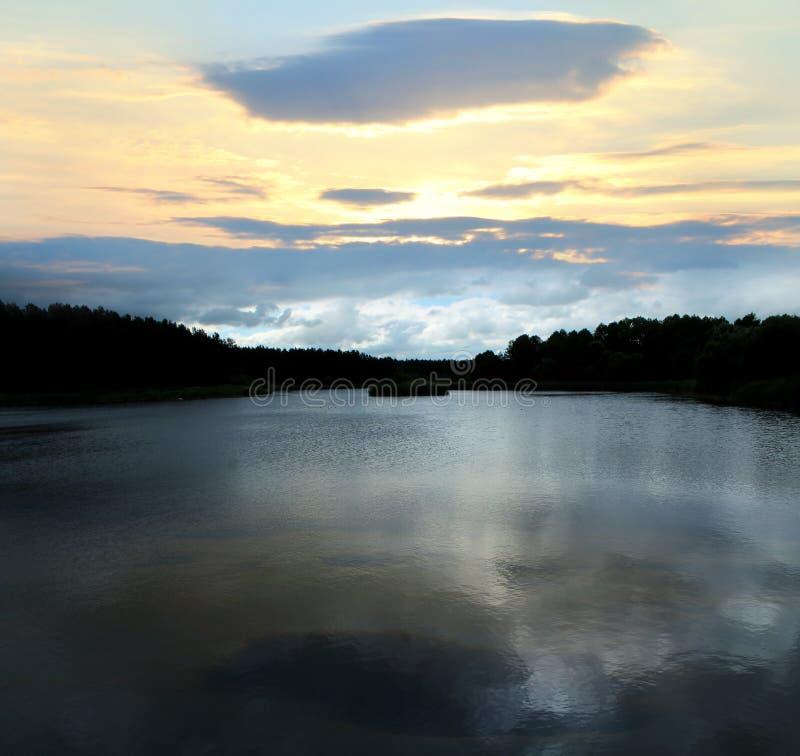 Puesta del sol hermosa en un lago del bosque fotos de archivo