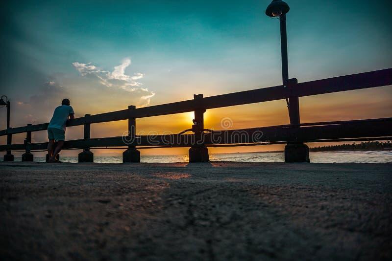 Puesta del sol hermosa en un puerto en la costa del Caribe fotografía de archivo libre de regalías