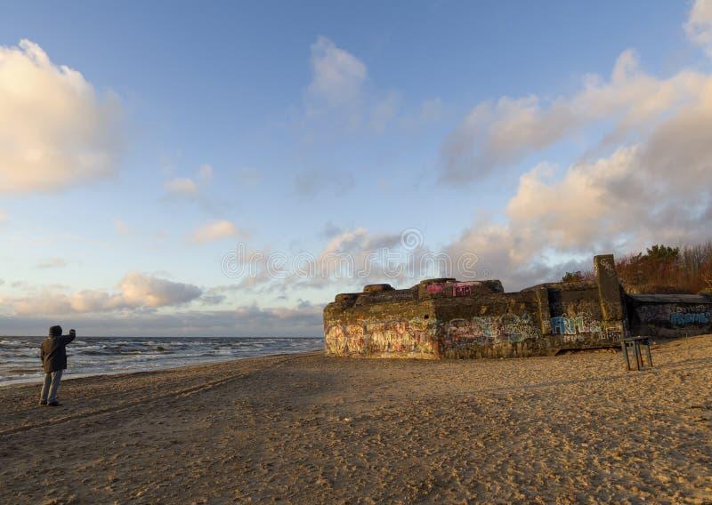 Puesta del sol hermosa del invierno en la playa arenosa del mar Báltico en Lituania, Klaipeda fotografía de archivo libre de regalías