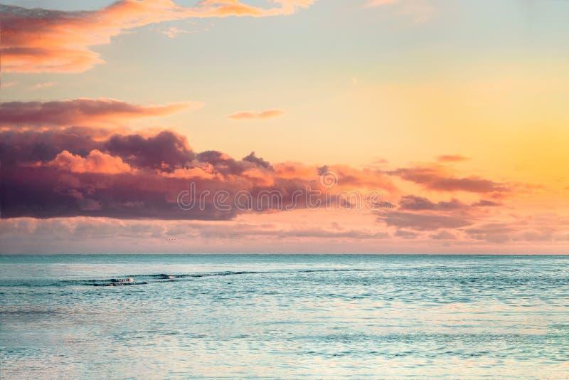 Puesta del sol hermosa del mar con las nubes coloridas fotos de archivo libres de regalías