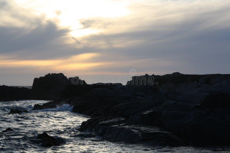 Puesta del sol hermosa del Océano Pacífico a lo largo de la carretera 1 imagen de archivo