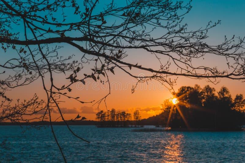 Puesta del sol hermosa por el lago fotos de archivo libres de regalías